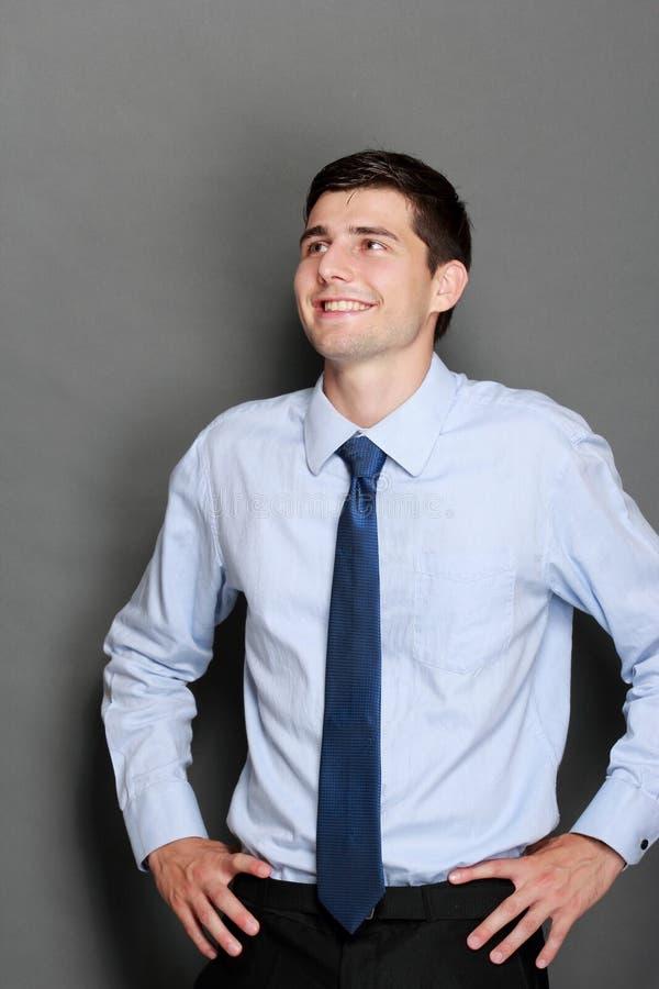 Junges hübsches Geschäftsmanndenken lizenzfreie stockfotografie