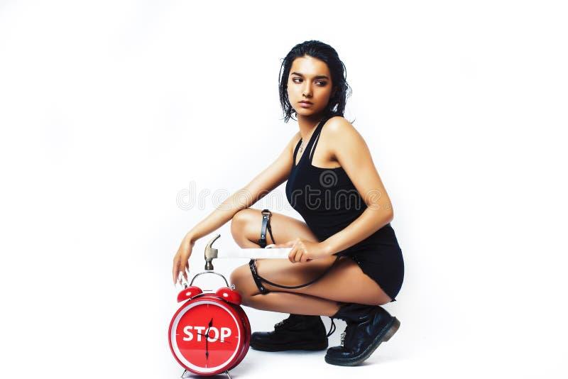 Junges hübsches indisches Mädchen mit der roten Weckeraufstellung nett auf dem weißen Hintergrund lokalisiert, modernes Frauenkon lizenzfreies stockbild