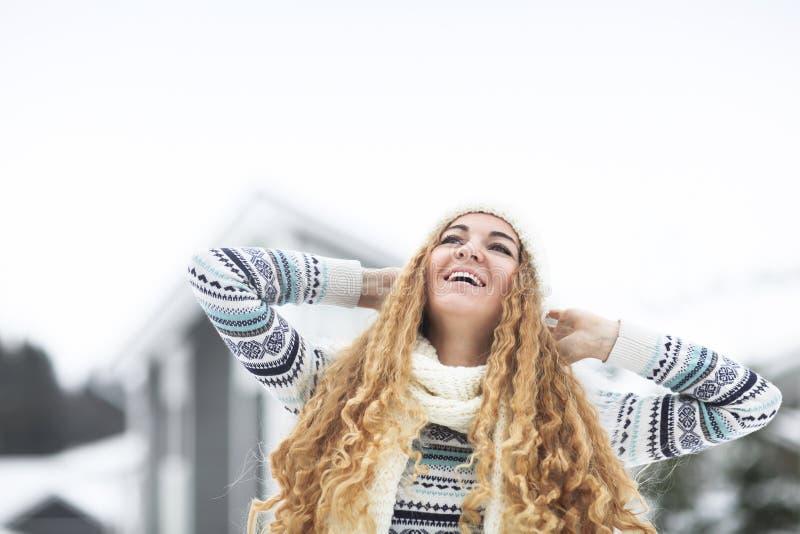 Junges hübsches lächelndes Mädchen draußen am Winterpark stockfotografie