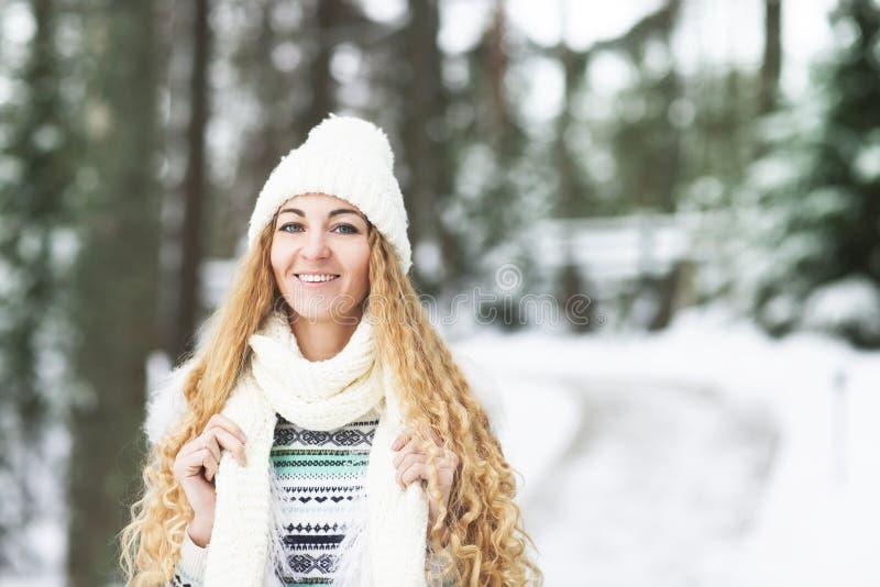 Junges hübsches lächelndes Mädchen draußen am Winterwald lizenzfreie stockfotografie