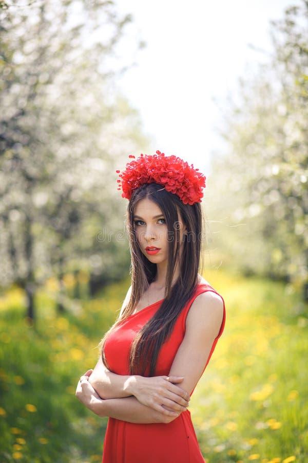 Junges hübsches Mädchen, das auf dem Sommergebiet mit aufwirft lizenzfreie stockbilder