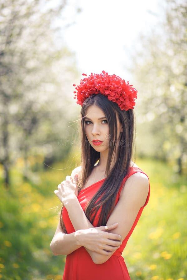 Junges hübsches Mädchen, das auf dem Sommergebiet mit aufwirft lizenzfreie stockfotografie