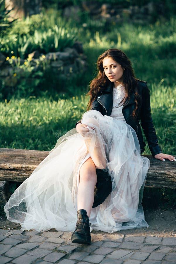 Junges hübsches Mädchen, das in die Straßen der Stadt in einem schönen Hochzeitskleid geht stockbilder