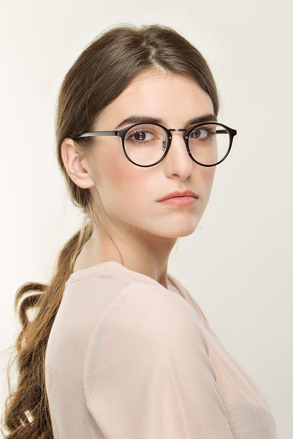 Junges hübsches Mädchen, klassisches Porträt auf dem weißen Hintergrund Nackte Art, Büroblick im Glas lizenzfreies stockfoto