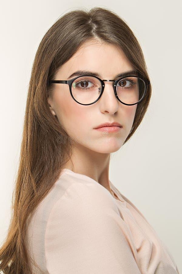 Junges hübsches Mädchen, klassisches Porträt auf dem weißen Hintergrund Nackte Art, Büroblick im Glas Optica lizenzfreies stockfoto
