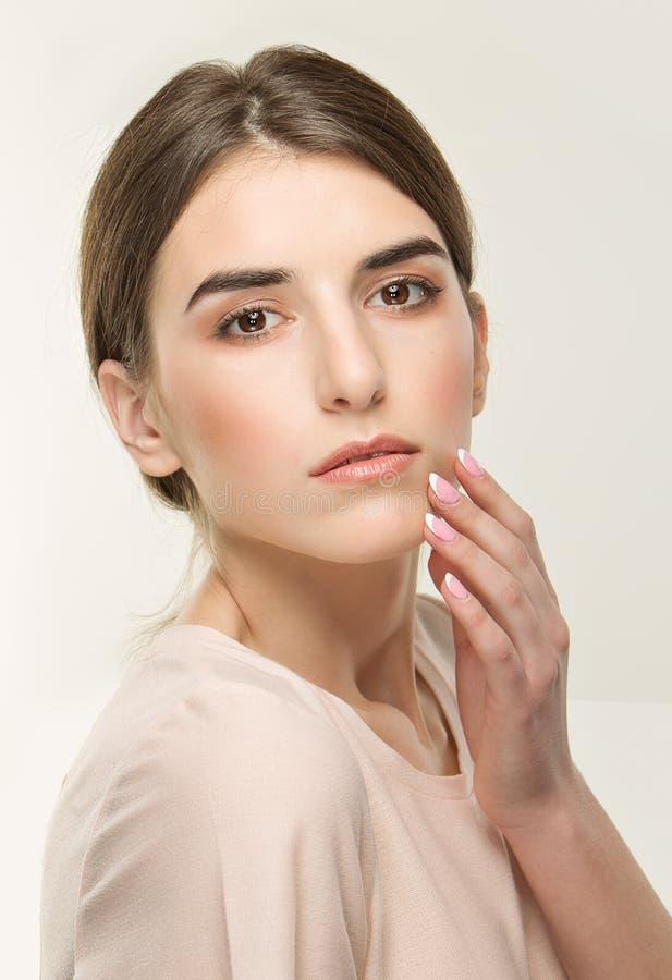 Junges hübsches Mädchen, klassisches Porträt auf dem weißen Hintergrund Nackte Art, zarter Blick stockfotos