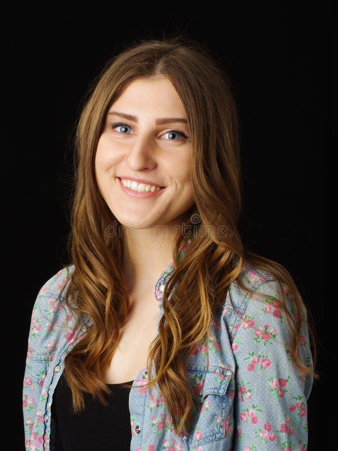 Junges hübsches Mädchen lokalisiert auf dem schwarzen Hintergrund lizenzfreie stockfotos