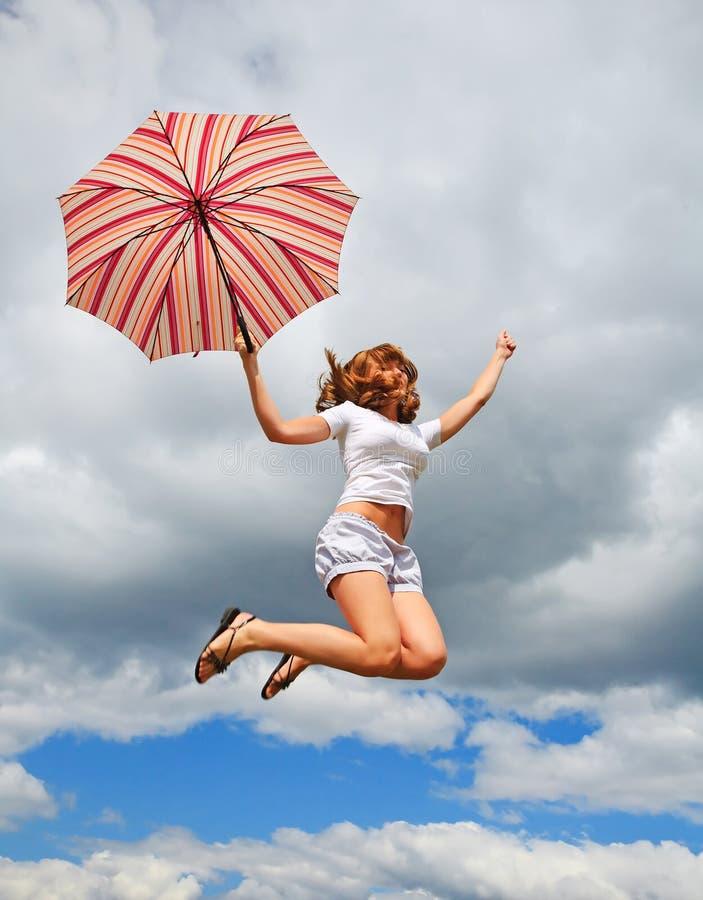 Junges hübsches Mädchen mit Regenschirm stockfotos