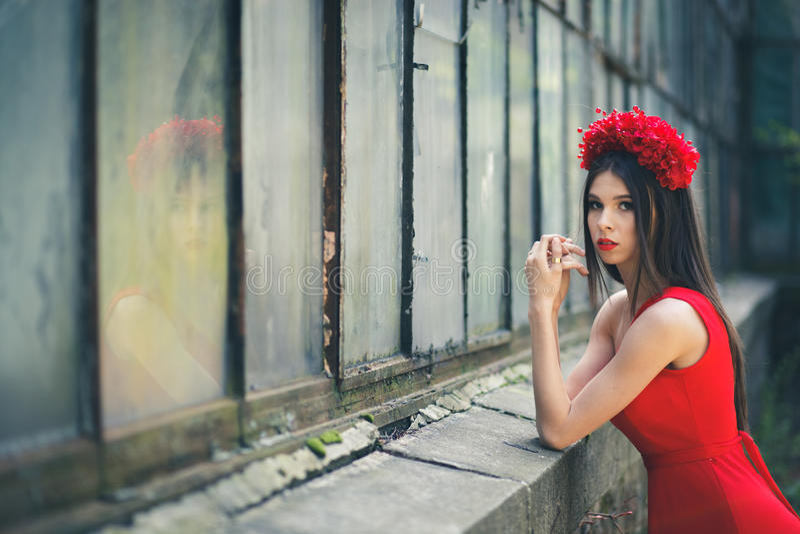 Junges hübsches Mädchen wirft mit Blumen auf lizenzfreie stockfotos