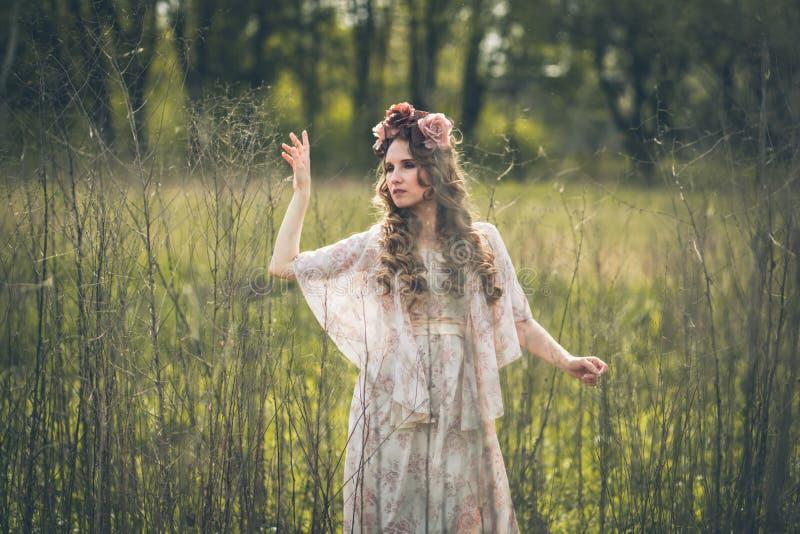 Junges hübsches Mädchen wirft mit Blumen auf lizenzfreie stockbilder