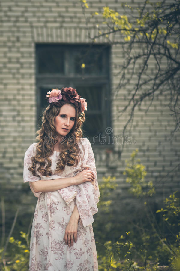 Junges hübsches Mädchen wirft mit Blumen auf stockfoto