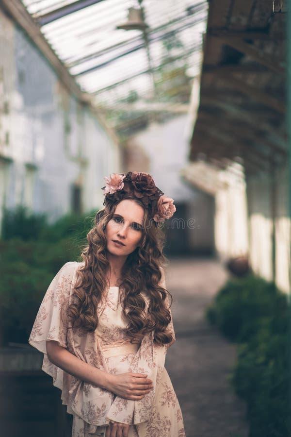 Junges hübsches Mädchen wirft mit Blumen auf stockfotografie