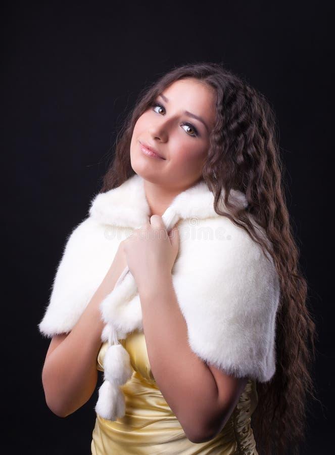 Junges hübsches Mädchennahaufnahmeportrait im Pelzmantel stockfotografie