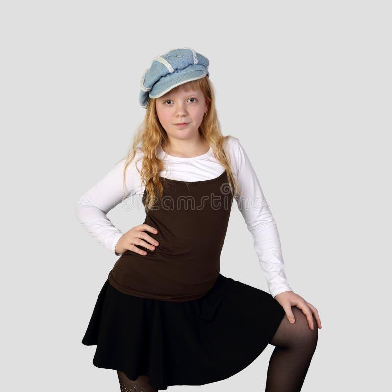 Junges hübsches Rothaarigemädchen in der Kappe lizenzfreie stockbilder
