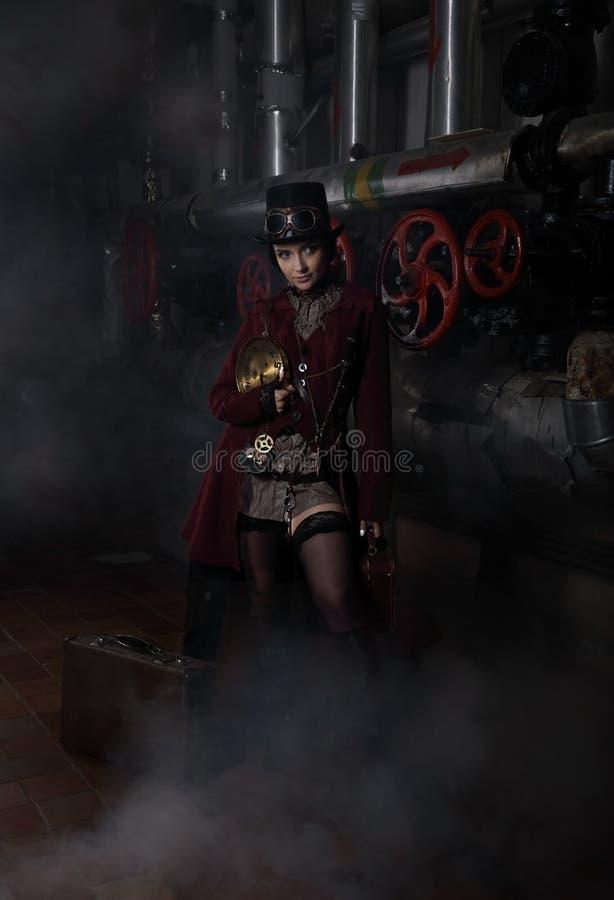 Junges hübsches steampunk Mädchen mit Koffer stockfotografie