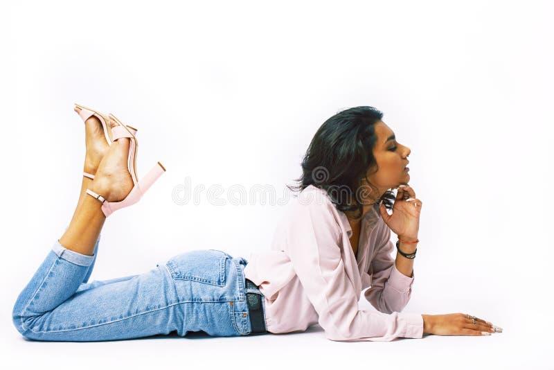 Junges h?bsches indisches M?dchen in moderner zuf?lliger clothers Aufstellung lokalisiert auf wei?em Hintergrund, Lebensstilleute lizenzfreie stockfotografie