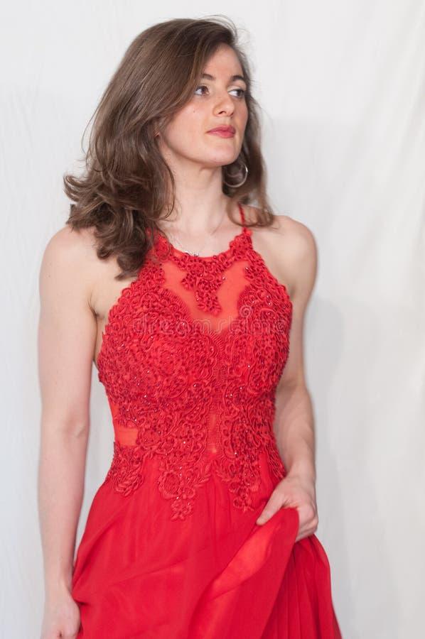 Junges, herrliches Modell kleidete Rot in einer Hochzeits- und Abendart Ärmelloses Kleid in der roten Spitze stockbild
