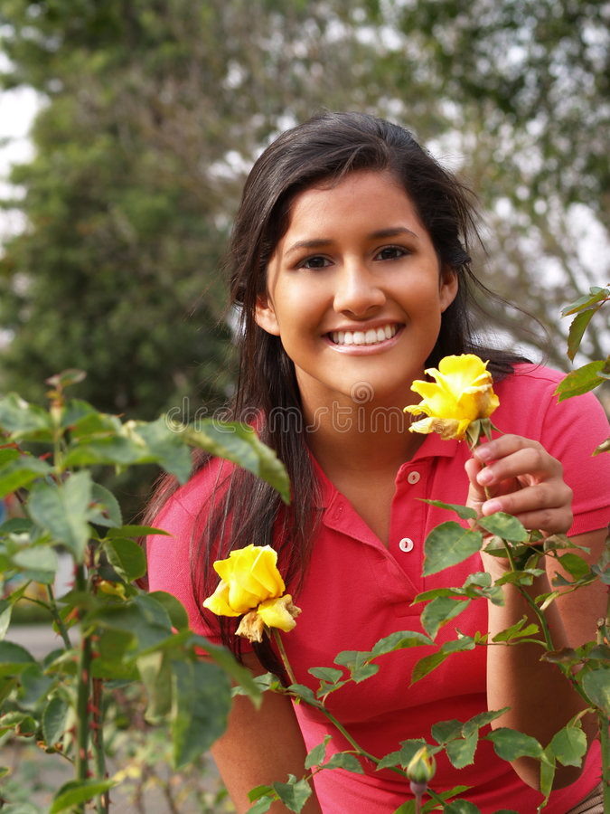Junges hispanisches jugendlich Mädchen mit gelben Rosen stockbilder