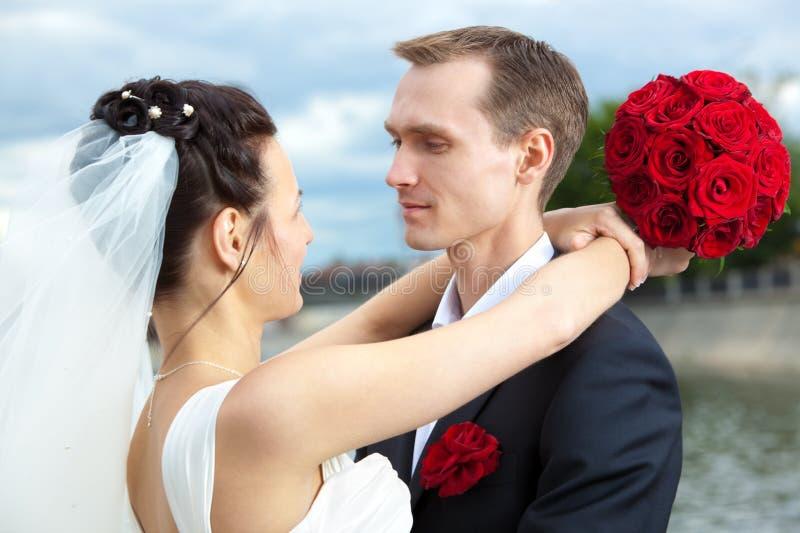 Junges Hochzeitspaarportrait stockfoto