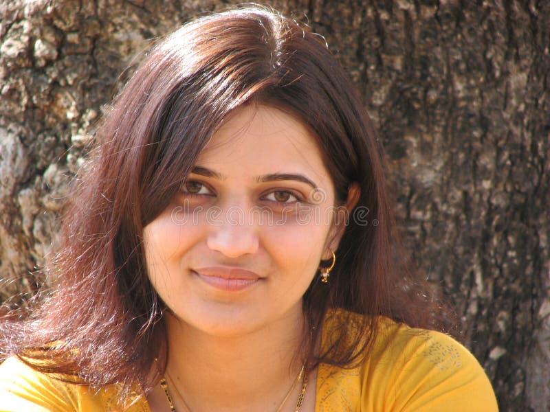 Junges indisches Frauenlächeln lizenzfreie stockbilder