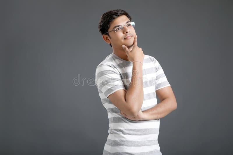 Junges indisches Mann-Denken stockbilder