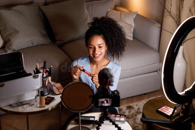 Junges influencer, das Bericht für Lippenstift macht lizenzfreie stockfotografie