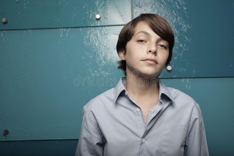 Junges jugendlich auf einem abstrakten blauen Hintergrund stockfotografie