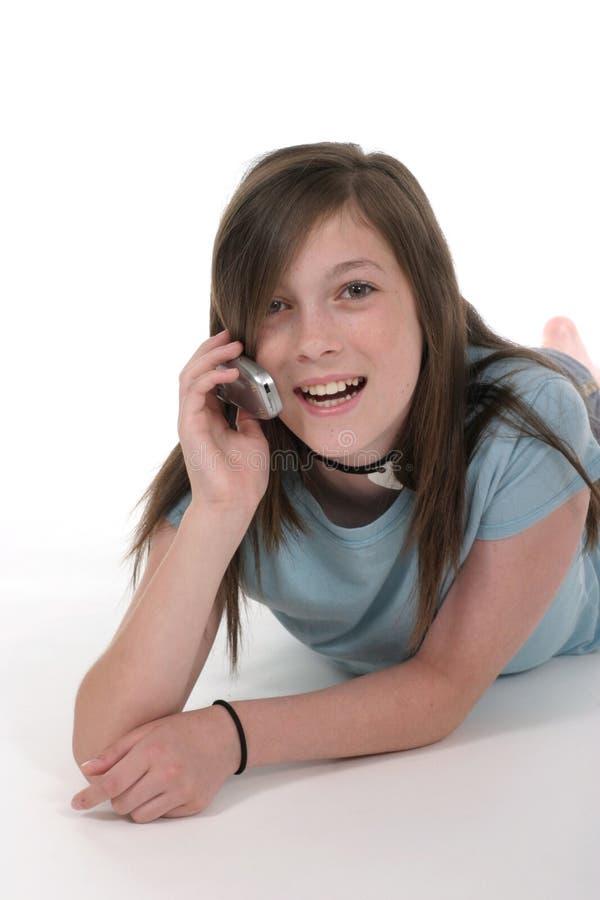 Junges jugendlich-Mädchen, das auf Mobiltelefon 11 spricht stockfoto