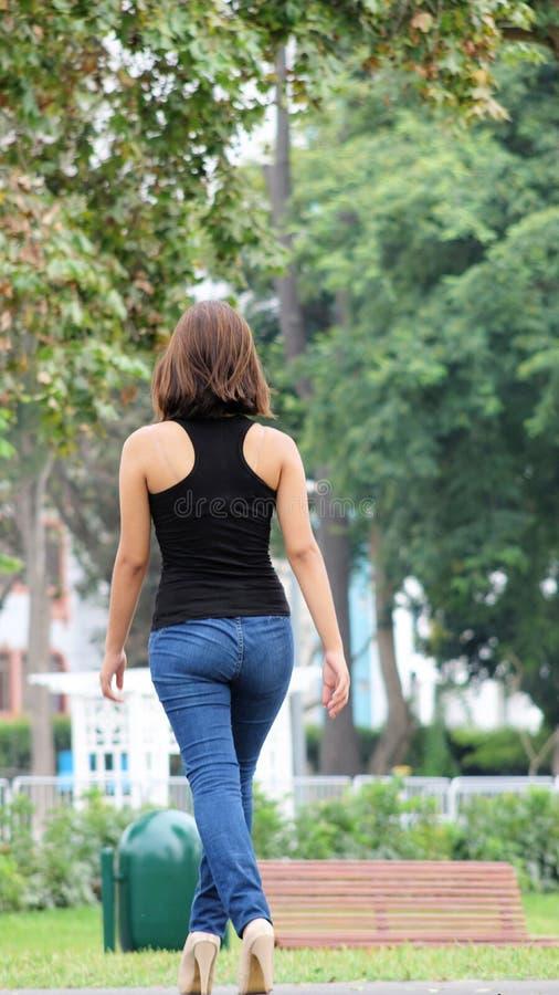 Junges Jugendliche-und Schönheits-tragendes Blue Jeans-Gehen stockfoto