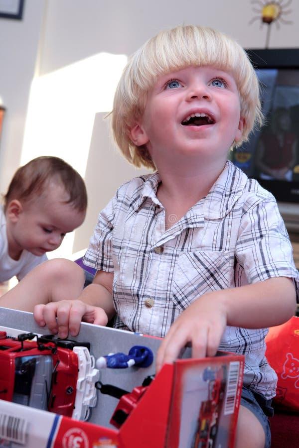 Junges Jungenöffnen vorhanden am Weihnachten oder am Geburtstag lizenzfreie stockfotos