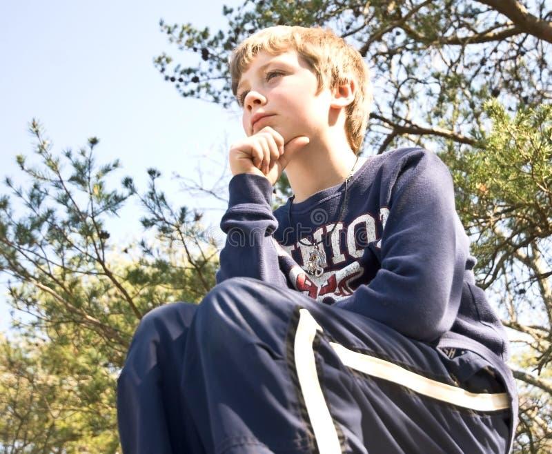 Junges Jungen-Denken lizenzfreie stockfotos