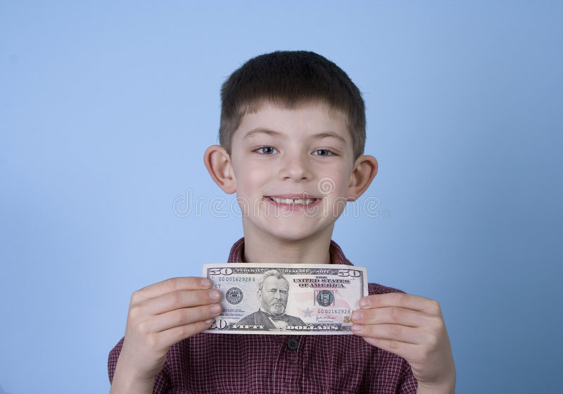 Junges Jungen-Holding-Geld und Lächeln lizenzfreie stockfotografie