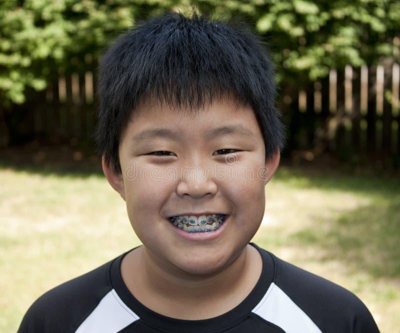 Junges Jungen-Lächeln lizenzfreie stockbilder