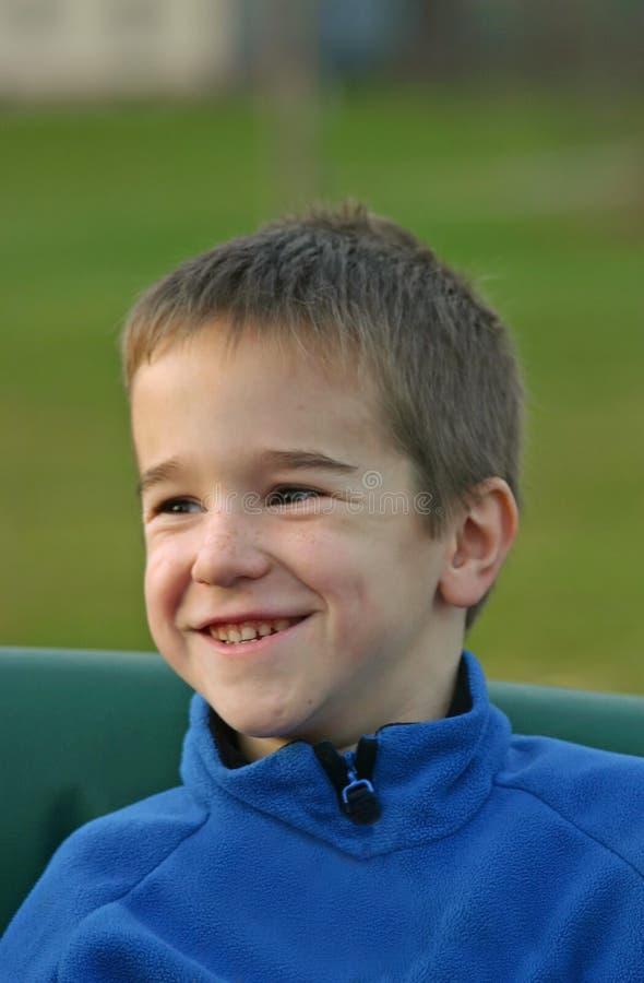 Junges Jungen-Lachen stockfotos