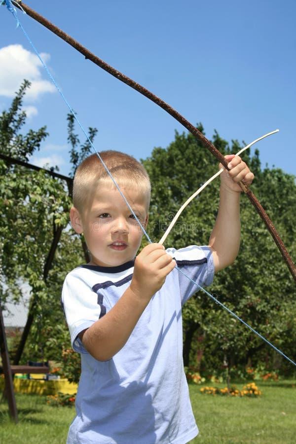 Junges Jungen-Schießen lizenzfreies stockfoto