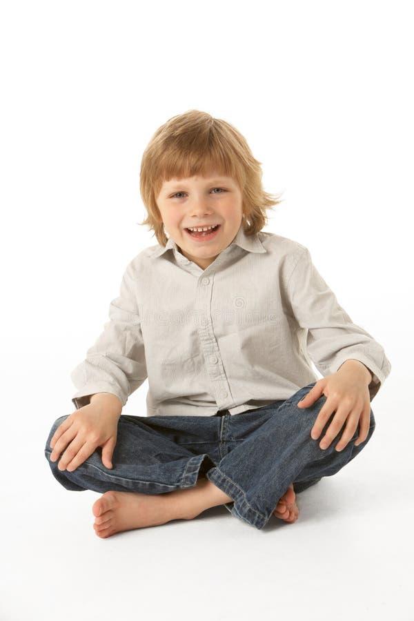 Junges Jungen-Sitzen stockbild
