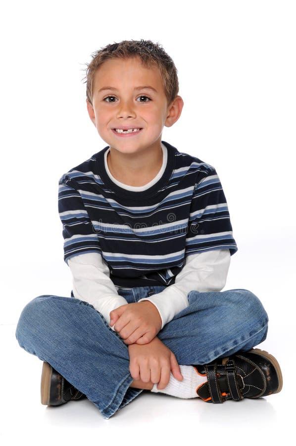 Junges Jungen-Sitzen lizenzfreies stockfoto