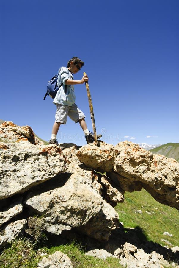Junges Jungen-Trekking stockbilder