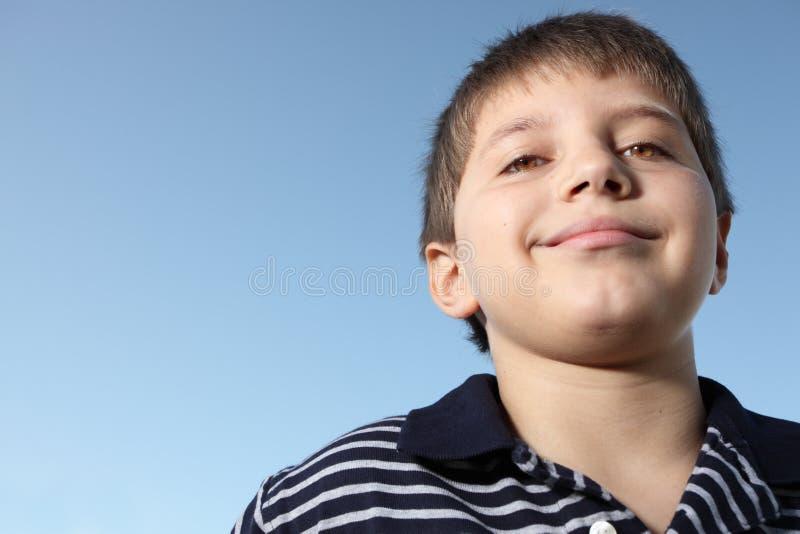 Junges Jungenlächeln stockfoto