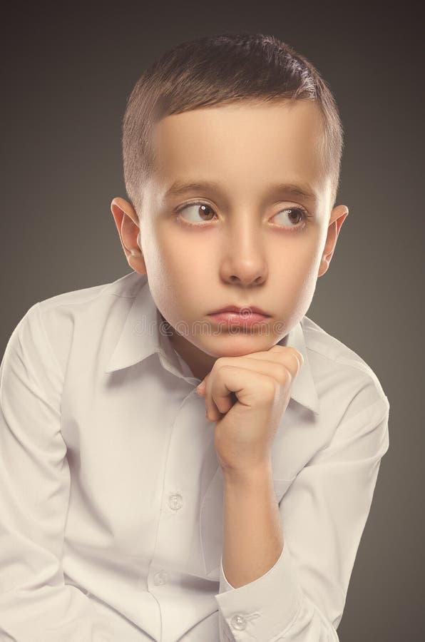 Junges Jungenportrait Ernster Junge stockbild