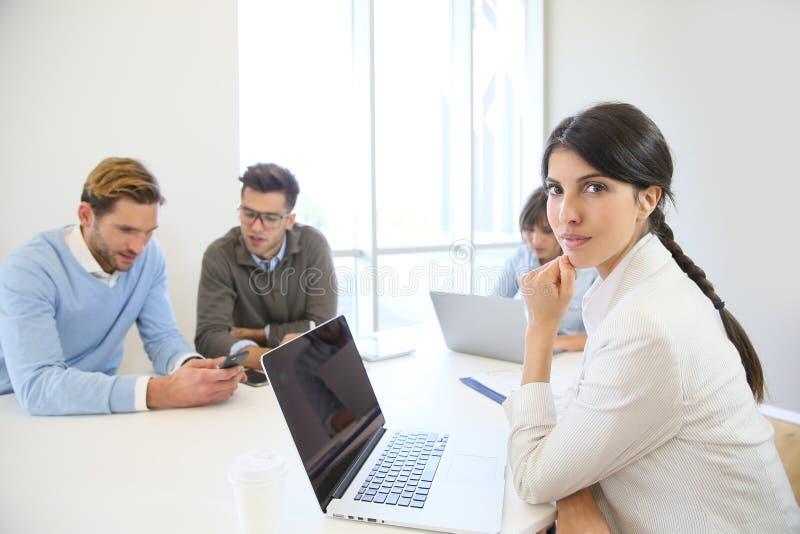 Junges Jungunternehmen bei der Arbeit lizenzfreies stockfoto