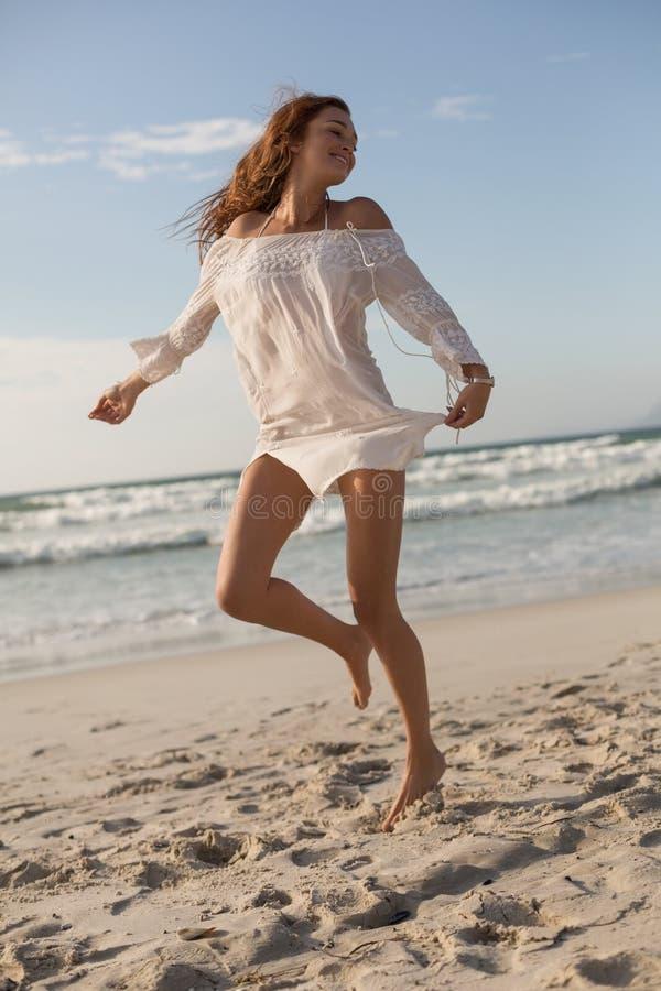 Junges kaukasisches Frauentanzen auf dem Strand stockfotos