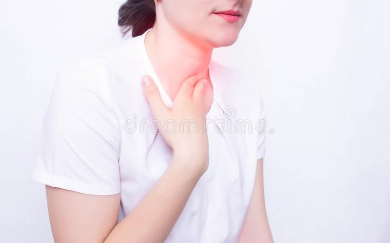 Junges kaukasisches Mädchen auf dessen Schmerz des weißen Hintergrundes und Entzündung im Kehlkonzept von Pharyngitis und von lar stockfotos