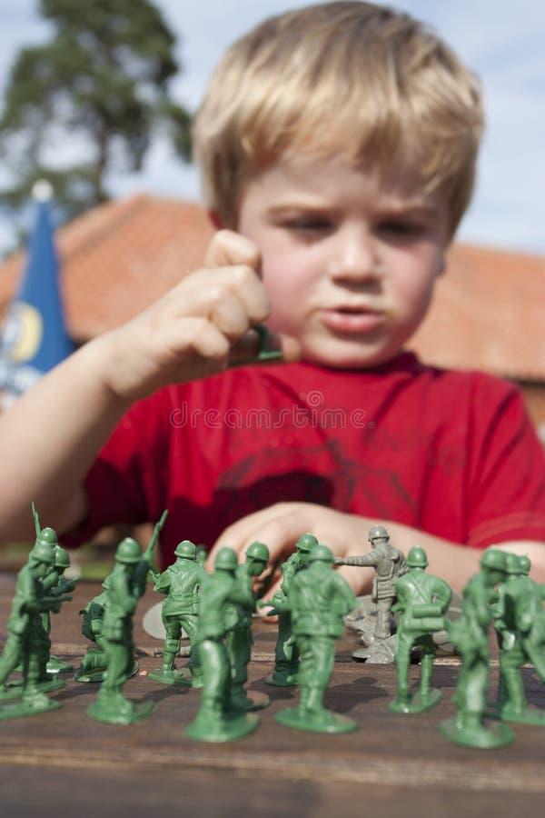Junges Kind, das Soldaten spielt stockfotografie