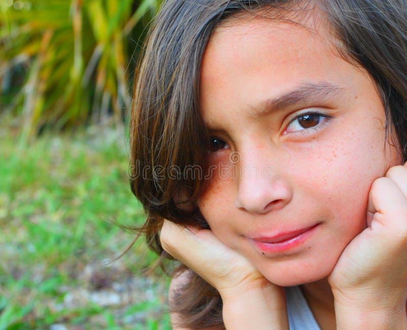 Junges Kind draußen lizenzfreies stockfoto