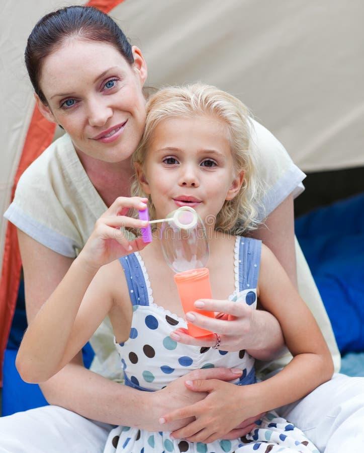 Junges Kind-durchbrennenluftblasen lizenzfreie stockbilder