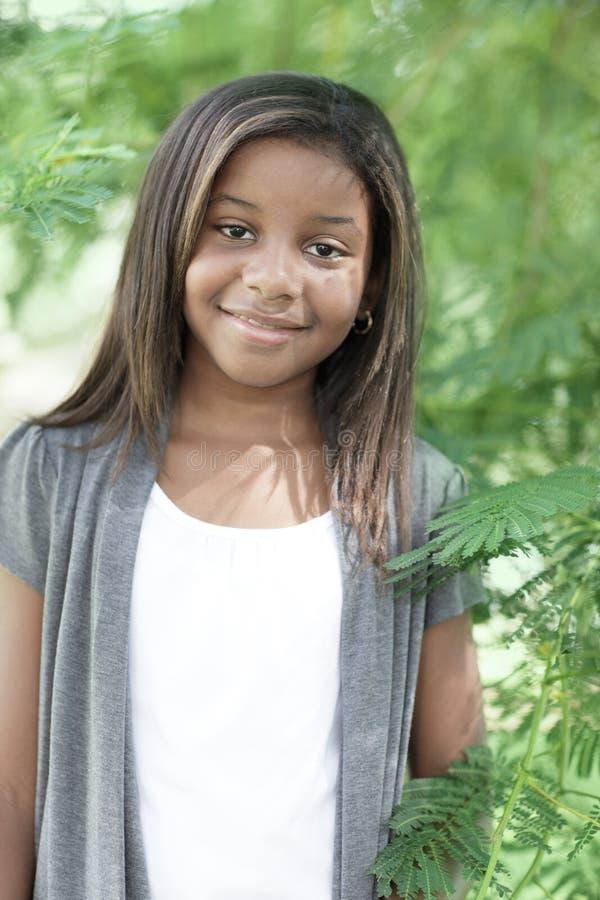 Junges Kind in einer Natureinstellung stockbild