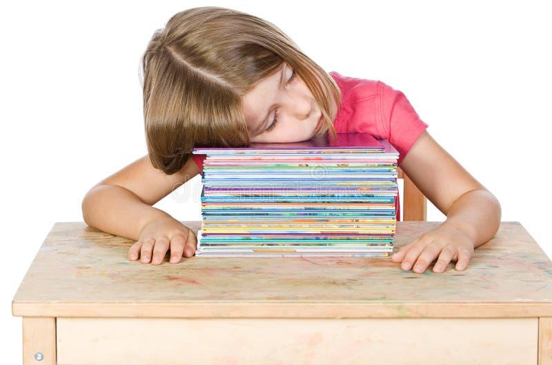 Junges Kind-Fallen schlafend auf ihren Büchern stockfotografie