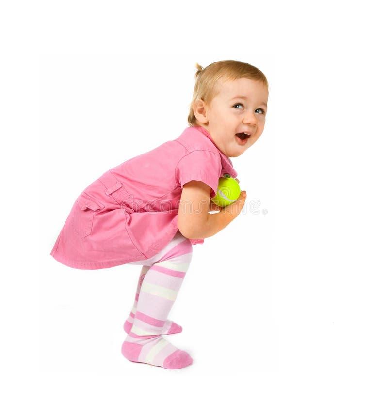 Junges Kind mit einer Tennis-Kugel stockfoto