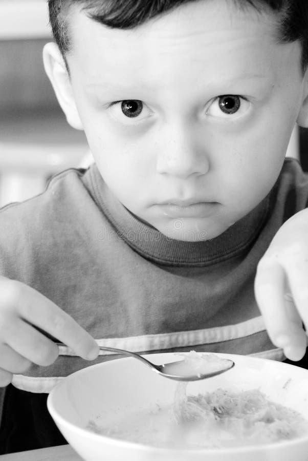 Junges Kind unglücklich mit Mahlzeit stockfoto